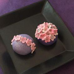 いいね!1,055件、コメント1件 ― Keikoさん(@nagomi_50)のInstagramアカウント: 「夜桜その2 たくさん桜を型抜きしたので、オマケで作りました 全面花とは、少し違うけど 下の濃い紫を見せたかったので、上面だけ桜をびっしりとのせました 余ったらもったいないからね(笑) …」