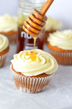 Easy Honey Cupcakes with Honey Cream Cheese Frosting recipe. Perfect nut free dessert idea to bring to birthdays or potlucks. Brownie Desserts, Mini Desserts, Oreo Dessert, Just Desserts, Delicious Desserts, Desserts With Honey, Dessert Bread, Frosting Recipes, Cupcake Recipes