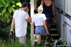 Pin for Later: Miley Cyrus and Liam Hemsworth Have a Casual Lunch Date Down Under