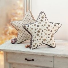 Free instructions: sew the heavenly star cushion - Kostenlose Anleitung: himmlisches Sternkissen nähen Free instructions: sew the heavenly star cushion Baby Knitting Patterns, Sewing Patterns, Dress Patterns, Star Cushion, Cushion Pillow, Pillow Crafts, Diy Bebe, Sewing Pillows, Sewing Curtains