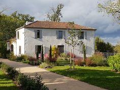 Lassenat est une ferme Gascogne typique du 19eme siècle située au coeur du Gers et du vignoble de l'Armagnac. Sauna Hammam, Armagnac, Weekend France, Location, Mansions, Point, House Styles, Home Decor, Sustainable Tourism