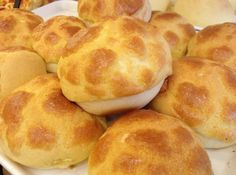 Bánh dứa Hồng Kông là món bánh rất được ưa chuộng nhờ sự hòa quyện của trứng, bơ sữa tạo cảm giác mềm xốp khi thưởng thức.