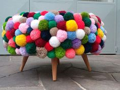 Here you can find creative pom poms ideas to add a little whimsy to your life! Easy tutorial on how to make your very own pom pom! Tire Ottoman, Diy Pouf, Hipster Decor, How To Make A Pom Pom, Pom Pom Crafts, Diy Home Decor Projects, Diy Art, Diy Furniture, Diy And Crafts