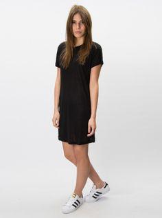 Simple black dress + sneakers. Siff kjole fra Samsøe. Sort kort kjole fra Samsøe