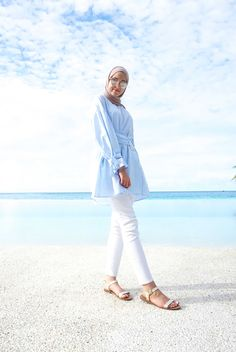 Hijab outfits for the beach – Just Trendy Girls White Jeans Summer, How To Wear White Jeans, How To Wear Shirt, Travel Outfit Summer, Casual Summer Outfits, Dress Summer, Casual Bags, Spring Outfits, Holiday Outfits Women