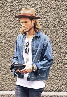 Long hair and hats for casual fashion bohemian style men, bohemian mens fashion, indie Bohemian Style Men, Bohemian Mens Fashion, Bohemian Party, Estilo Rock, Look Man, Inspiration Mode, Mens Fall, Hats For Men, Hat Men