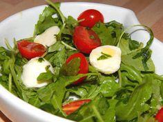 Mennyei Rukkola saláta recept! Nálunk nagy kedvenc ez a rukkola saláta recept. Lehet köretként, de akár önmagában is fogyasztani. A mozarellánál a golyók súlyát írtam, figyeljük a dobozon, mert van, amelyiknél a teljes súly van, ami a folyadékkal együtt értendő. De kb. 15 pici mozzarella golyó kerül egy adagba. Seaweed Salad, Caprese Salad, Spinach, Mozzarella, Vegetables, Ethnic Recipes, Food, Fitness, Essen