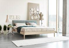 Threas Wood von Möller Design - Schönes Detail: die an den vier Ecken stehenden Beine sind nach außen gerundet, wodurch das Bettgestell eleganter und weicher wirkt. Betten Auer - das Schlafstudio im Raum Rosenheim  im werkhaus