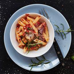 Amatriciana eli pekoni-tomaattikastike on peräisin Rooman alueelta. Kastikkeessa käytetään yleensä pancettaa, mutta myös pekoni sopii hyvin.