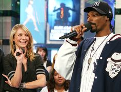 A atriz Cameron Diaz, de 41 anos, e o rapper Snoop Lion (ex-Snoop Dogg), de 42, estudaram juntos no ensino médio e se tornaram amigos na escola. Cameron, aliás, afirma que em algum momento deve ter comprado maconha do músico. (Foto: Getty Images)