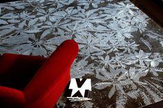 In stilvollen Grau- und Beigetönen gehalten bringt das Ensemble der Blüten, Blätter und Ranken des Himal Bloob ein lebendiges Design auf Ihren Fußboden.