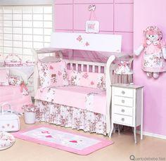 Enxoval de bebê rosa com borboletas, flores e bonecas. O kit berço ficou especial com saia floral e babados rosa com bonecas de verdade estampando o enxoval.