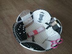 Aujourd'hui j ai confectionné cette panier très chic couture d après le modèle de Sophie Delaborde. Ce panier est recouvert de tissus de chez omar idéal tissu lunel. Le bustier en bois vient du bonheur du jour, et comme toujours les ciseaux aimantés. Je l adore ce Panier! Fatima Bustier, Diy Box, Hui, Comme, Baby Car Seats, Upcycle, Dresser, Creations, Boxes