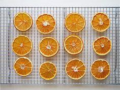 クリスマスのデコレーションに、ドライオレンジを作りました。 ホリデー向けのポプリミックスやクリスマスリースの花材などでおなじみのドライオレン...