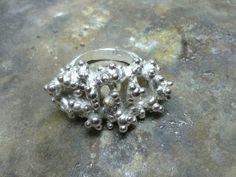Zilvere ring met een hartje van goud. By tilltil www.sierraadsels.nl