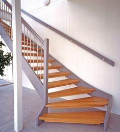 Öppen U-trappa med steg i ek och vang i täckmålat utförande. Räcke Rock i täckmålat utförande och spjäla nr 11 i rostfritt stål.