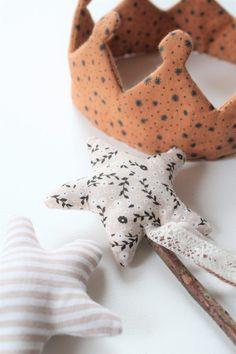 DIY baguettes magiques – Les Enchantées Sewing Projects For Kids, Sewing For Kids, Diy For Kids, Crafts For Kids, Fabric Toys, Fabric Birds, Fabric Crafts, Sewing Toys, Baby Sewing