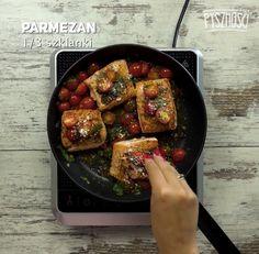 Po chwili dodaj sok z cytryny, posiekaną bazylię i ponownie dodaj łososia oraz parmezan.