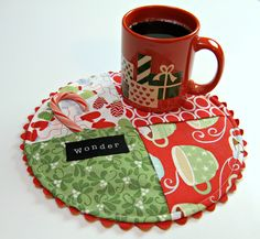 Mug Rug tutorial, many ideas not just holiday prints. Variation of the 4 squares? Quilting Tips, Quilting Projects, Sewing Projects, Table Runner And Placemats, Quilted Table Runners, Small Quilts, Mini Quilts, Christmas Sewing, Christmas Crafts