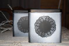 Teepurkille uutta ilmettä ! Ensin pohjamaalaus mustalla ja sitten pienen kakkupaperin avulla  valkoisella maalilla koristelut