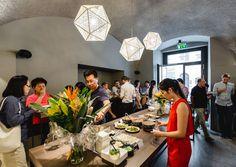 IKO: CRISPY ROLLS IM ALTEN RATHAUS In einer Gastronomiefamilie aufgewachsen, taten die gebürtigen Chinesinnen Yike und Sissi in Wien genau das, was ihnen in die Wiege gelegt wurde: Sie eröffneten ein Lokal.
