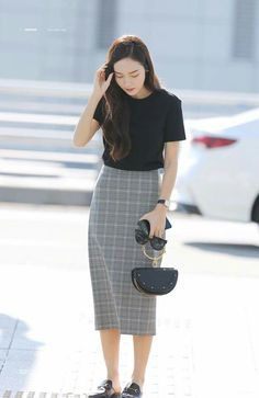 Travelling outfits that might be equal parts fashionable and conventional are hard to discover. Korean Girl Fashion, Korean Fashion Trends, Korea Fashion, Kpop Fashion, Asian Fashion, Modest Fashion, Skirt Fashion, Daily Fashion, Fashion Outfits
