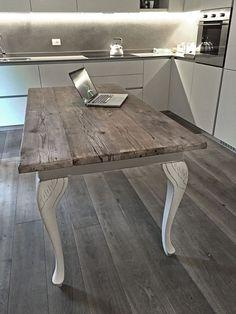 tavolo rifatto da Laboratorio sostituendo il piano originale con assi grezze di abete vecchio, moderno e legno grezzo un binomio perfetto. WHITE