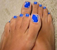 Blu con fiori bianchi