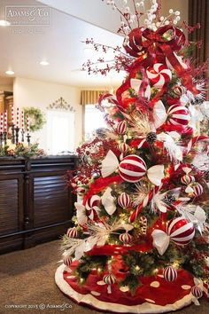 100 Elegant Christmas Decorations Which Defines Sublime & Sophisticated - Hike n Dip Give your Christmas home the elegant touch. Here are Elegant Christmas Home Decor ideas. These Christmas decors are simple, DIY Decors which you can do. Elegant Christmas Trees, Christmas Tree Themes, Christmas Tree Toppers, Xmas Decorations, Candy Cane Christmas Tree, Rustic Christmas, Decorated Christmas Trees, Peppermint Christmas Decorations, Christmas Cactus