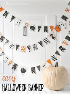 Easy DIY Halloween Paper Banner tutorial Easy DIY Halloween Banner, fun and quick halloween craft idea. DIY Halloween pennant, last minute halloween decorations, how to make a banner Quick Halloween Crafts, Homemade Halloween Decorations, Fete Halloween, Holidays Halloween, Diy Halloween Banner, Paper Halloween, Halloween Mantel, Halloween Tutorial, Halloween Cupcakes