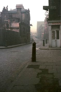 How do you begin to describe the joy visiting Spitalfieldslife? A wonderful way to fall for London again. The Gentle Author is the first thing I read each day. Vintage London, Old London, Victorian London, London Street, London Life, Old Pictures, Old Photos, Fosse Commune, London History