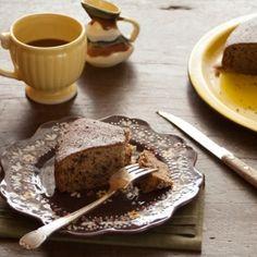 Bolo de banana com pedaços de chocolate. É bolo, mas é de fruta! Nesta versão você nem precisa dar explicações: a receita leva farinha integral e chocolate amargo.