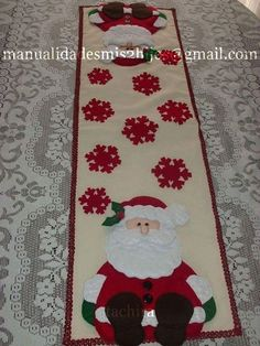 table runner with santa Christmas Tree Quilt, Christmas Quilt Patterns, Christmas Sewing, Christmas Holidays, Christmas Projects, Diy And Crafts, Christmas Crafts, Christmas Ornaments, Felt Christmas Decorations