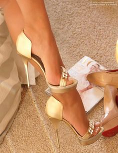 Elegant & sexy golden d'orsay heels. Tacchi Close-Up #Heels #Shoes