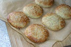 Burgerboller med sesam, 6 stk. * 4 æg * 1 dl creme fraiche (eller andet surmælksprodukt, fx græsk yoghurt – eller kokosfløde for mælkefri version) * 1,5 dl sesamfrø (ca. 90 g) * 1/2 dl fedtreduceret mandelmel eller sesammel fra Funktionel Mad (ca. 15 g) * 3 spsk FiberHUSK (ca. 30 g) * 1 tsk sukrin+ (kan evt. udelades) * 2 tsk bagepulver * 2 tsk salt * ekstra sesam til drys