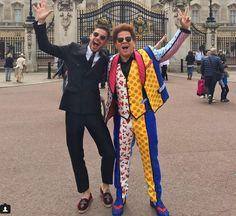 Romero Britto posa em frente ao Palácio de Buckingham, em Londres. (Foto: Reprodução/Instagram/RomeroBritto)