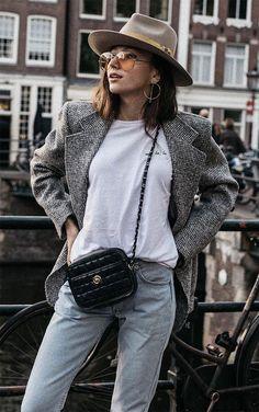 Street Style. De um twist no look de camiseta branca, t-shirt e blazer xadrez com chapéu e tinted glasses.