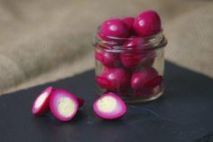 Naučte sa tento vajíčkový trik a môžete ich podávať aj na slávnostnom stole! Pickled Quail Eggs, Purple Dye, Easter Recipes, Easter Food, Wrap Recipes, Beetroot, Bite Size, Creative Food, Finger Foods