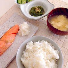 今日から通常業務開始‼︎  私も朝から出かける予定。 幼稚園も今日からのため、朝ごはんで気合い注入!  ・ごはん / お味噌汁 ・実家からもらった鮭 ・メカブの三杯酢 ・キュウリの塩昆布和え - 22件のもぐもぐ - 朝ごはん by yokoki