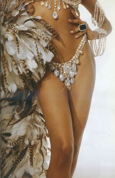 burlesque feathers showgirl www.thevioletvixen.com