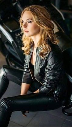 Casual Black Leather Jacket Outfit Ideas That Will Make You Look Awesome - Not all leather jackets you see on the market are high quality jackets, some of them also having flaws which either lowers their price or lowers your . Black Leather Jacket Outfit, Leder Outfits, Jacket Style, Leather Fashion, Jackets For Women, Stylish, Womens Fashion, Luxury Sunglasses, Outfit Ideas