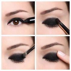 Ojos ahumados con delineador negro Esta técnica es más sencilla para conseguir un look de ojos ahumados. Lo único que necesitas es un delineador negro en lápiz, sombra negra y un pincel para difuminar.