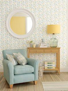 Una parte di soggiorno da non passare inosservata: una poltrona, una piccola consolle , uno specchio tondo e una carta da parati davvero wow!
