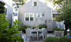 New York interior designer Elizabeth Bauer gives us a tour of her charming vacation home on the island of Nantucket—and it's even dreamier than we imagined. Nantucket Cottage, Beach Cottage Style, Beach Cottage Decor, Coastal Cottage, Beach House, Nantucket Island, Nantucket Style Homes, Maine Cottage, Cottage Chic