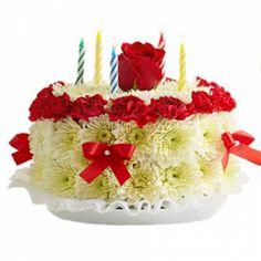 Игрушка из живых цветов. Композиция тортик со свечами. Высота 20 см.