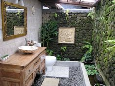 10 Astonishing Tropical Bathroom Ideas That You Must See Today ➤To see more Luxury Bathroom ideas visit us at www.luxurybathrooms.eu #luxurybathrooms #homedecorideas #bathroomideas @BathroomsLuxury