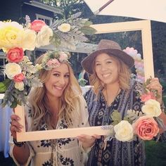 "Flower Power At an outdoor party in March 2015 family and friends gathered to celebrate the upcoming birth of a daughter for actress and the ""Real Girl's Kitchen"" host Haylie Duff. Bebe Shower, Baby Shower Niño, Floral Baby Shower, Girl Shower, Baby Shower Photo Frame, Bridal Shower, Hippie Party, Celebrity Baby Showers, Celebrity Babies"
