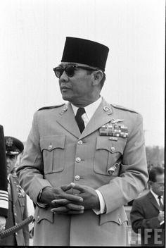 Dit is Soekarno, hij is geboren op 6 juni 1901 en gestorven op 21 juni 1970. Hij was de 1e president van de Republiek Indonesië. In Indonesië werd hij meestal: Bung Karno genoemd, het betekend: 'Vader van de Indonesiërs'.