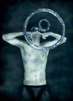 Michael Phelps making rings from the bottom of a pool.I want to hop in and make some of my own! Time for a swim :) Sport Motivation, Triathlon, Swimming Memes, Swimmer Problems, I Love Swimming, Olympic Swimmers, Surf, Competitive Swimming, Sport Fitness