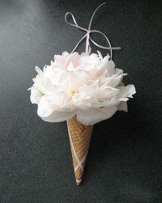Yummy Combination For Wedding Flowers-- Ice Cream Cone Vase Diy Wedding Bouquet, White Wedding Bouquets, Wedding Flowers, Bridesmaid Bouquets, Diy Bouquet, Ice Cream Theme, Ice Cream Party, Ice Cream Wedding, Use E Abuse